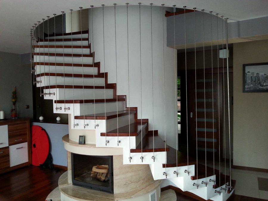 Balustrada z lin pionowych na schodach zabiegowych - system BRG
