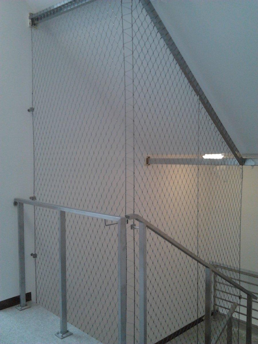 Balustrada w formie siatka z lin na klatce schodowej