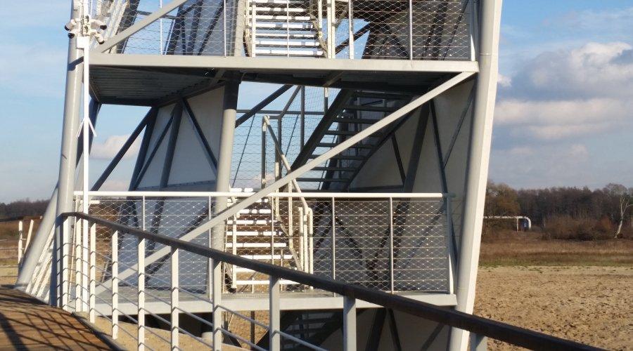 Zabezpieczenie z siatki i lin poziomych na wieży