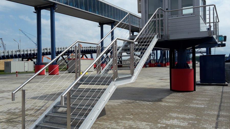 Wypełnienie balustrady linami poziomymi przy schodach metalowych