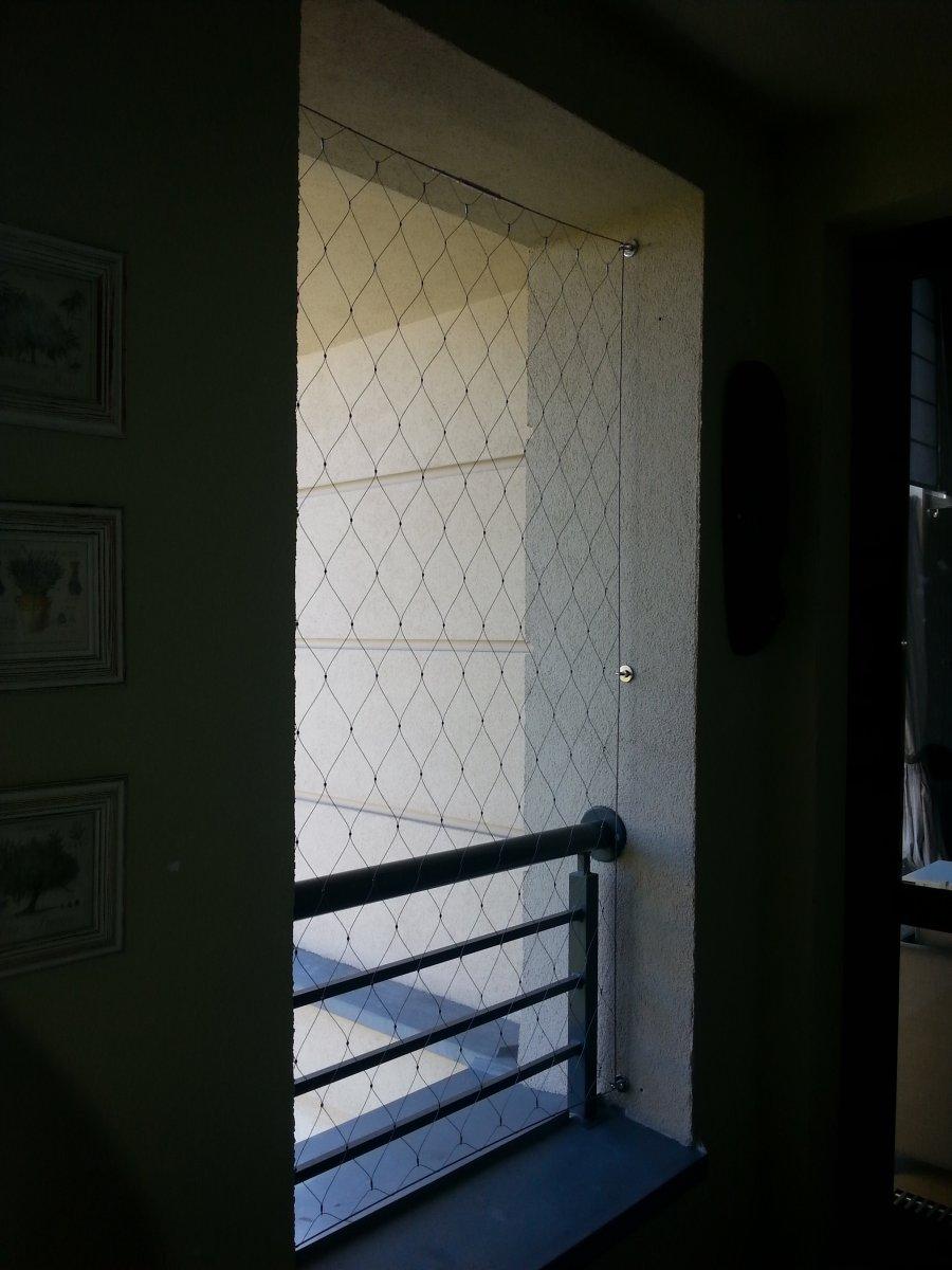 Siatka z lin w oknie jako zabezpieczenie