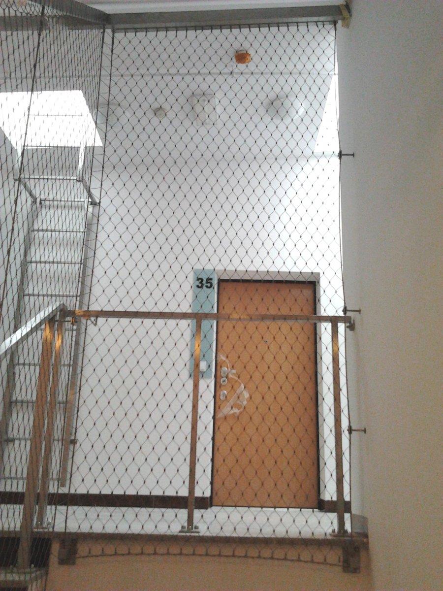 Siatka zabezpieczająca na klatce schodowej