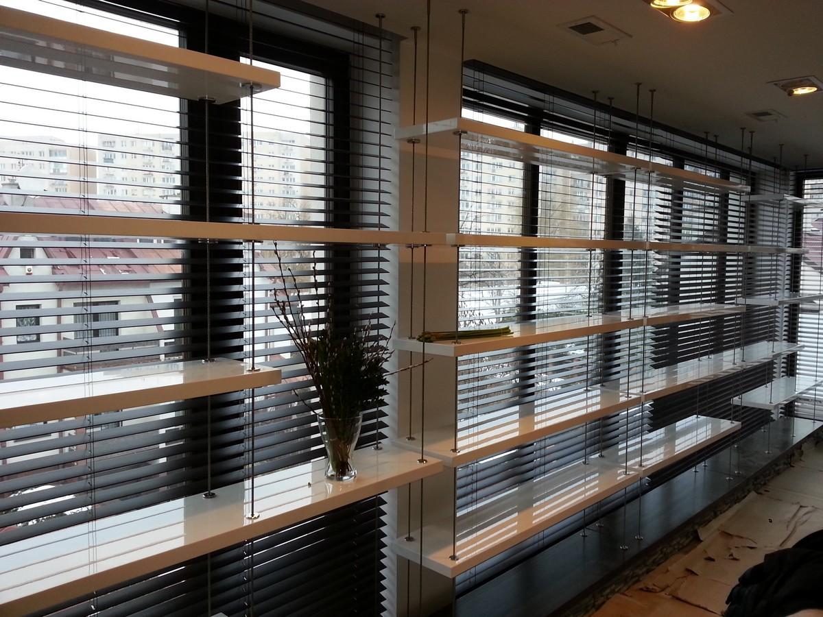 Półki mocowane na linkach