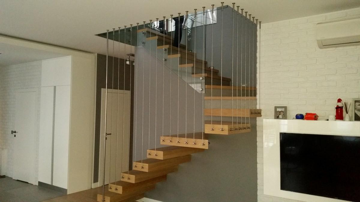 Linki pionowe przy schodach wspornikowych