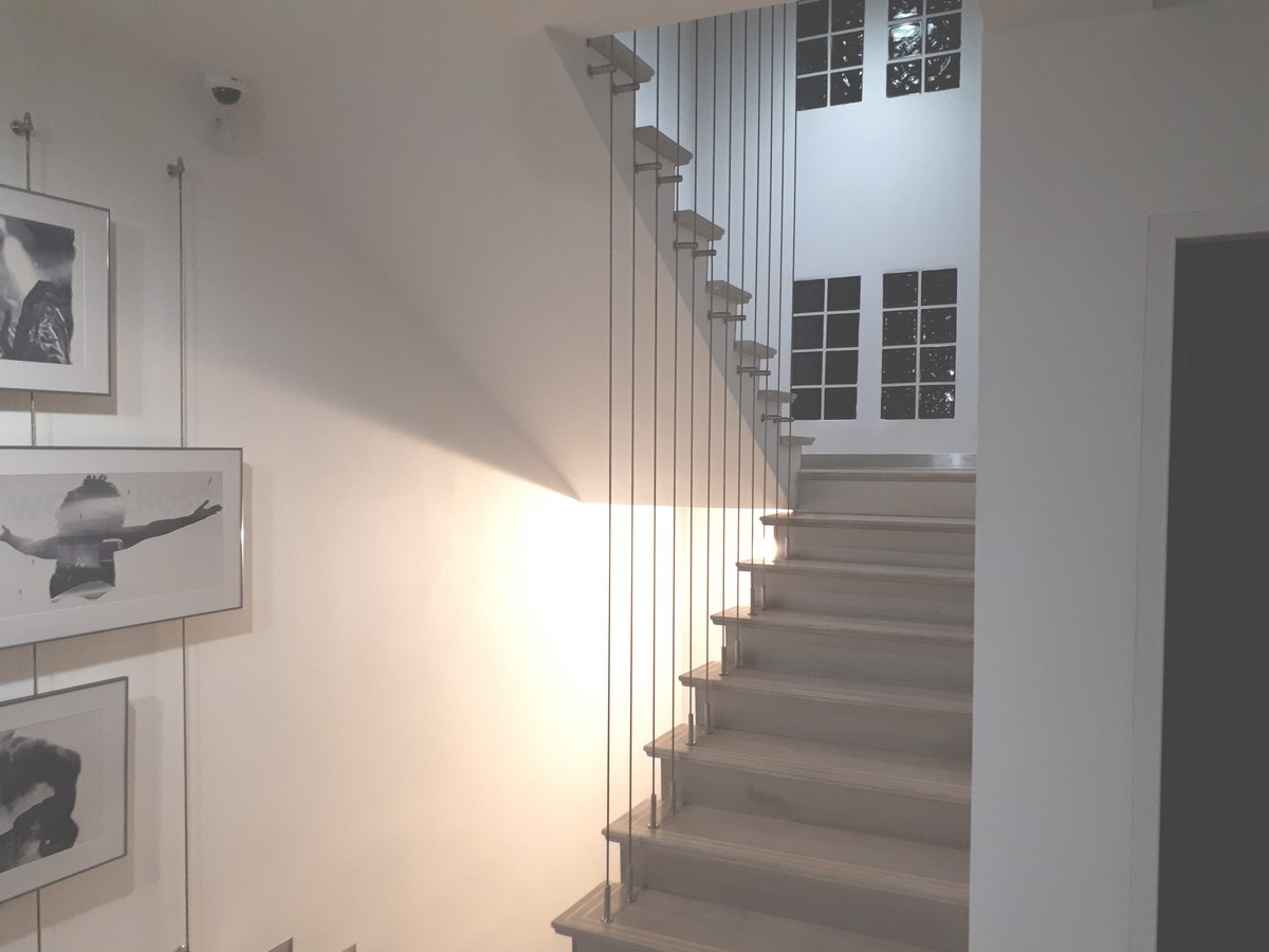 Liny balustrady prowadzone prze kilka kondygnacji