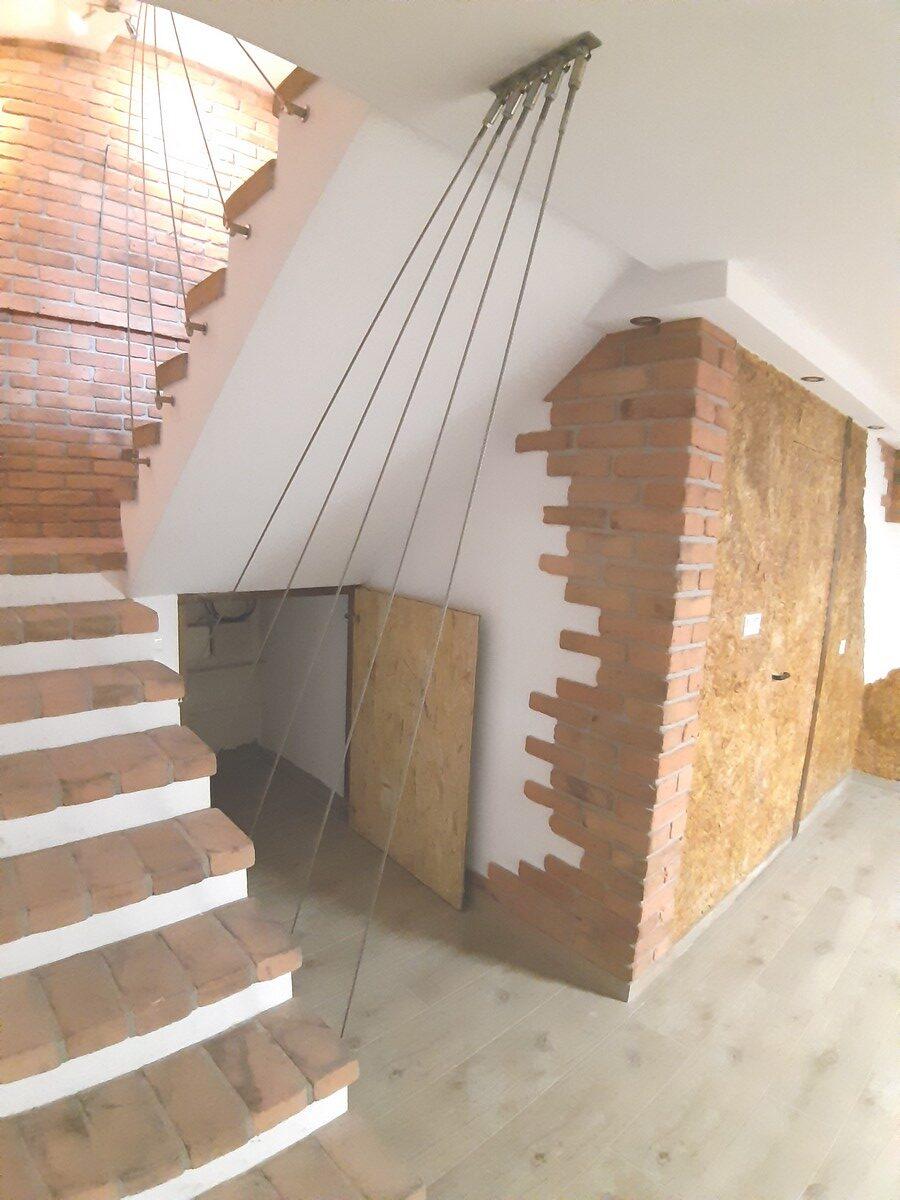 Liny przy schodach prowadzone ukośnie