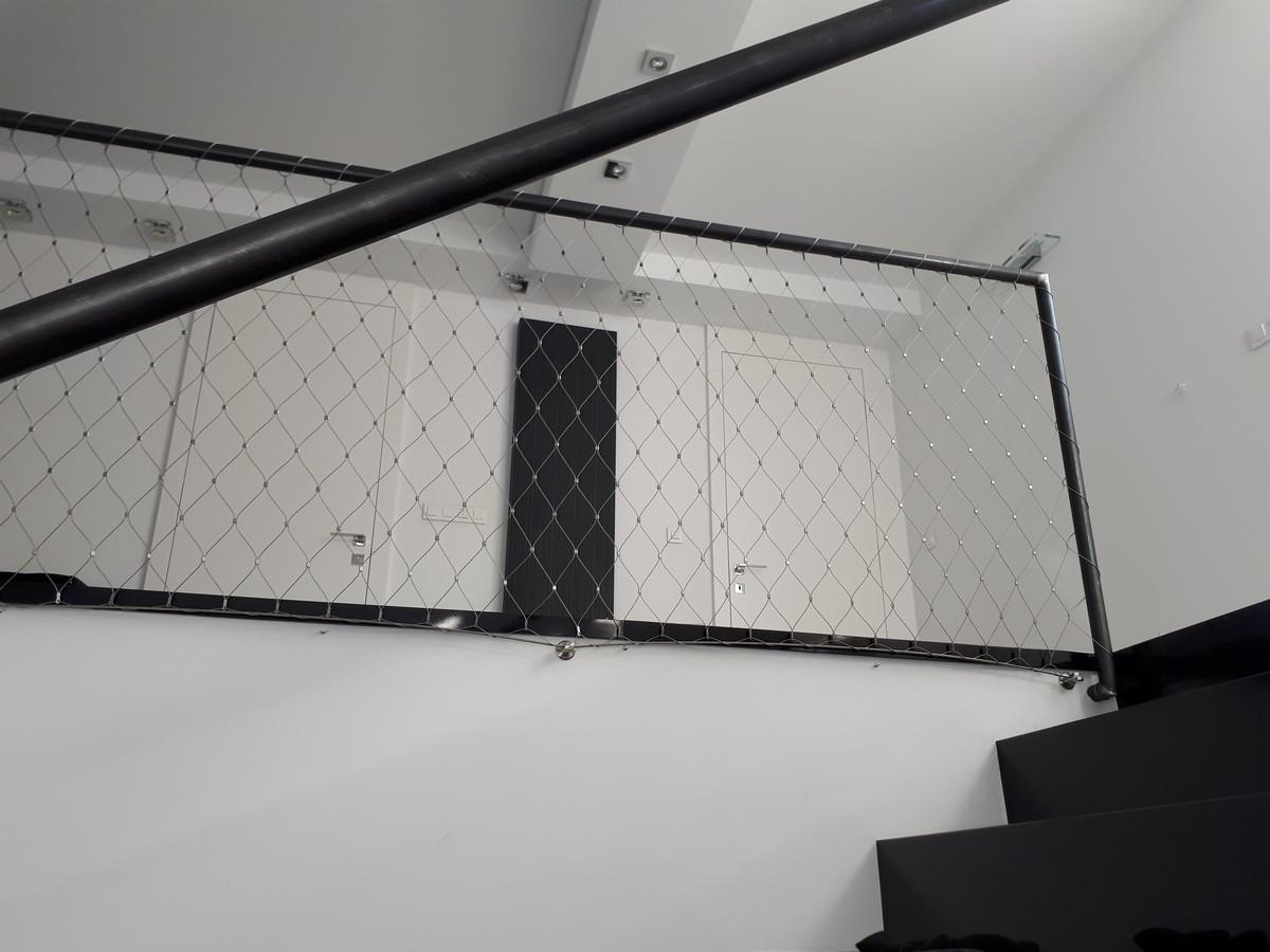 Wypełnienie balustrady rur siatką