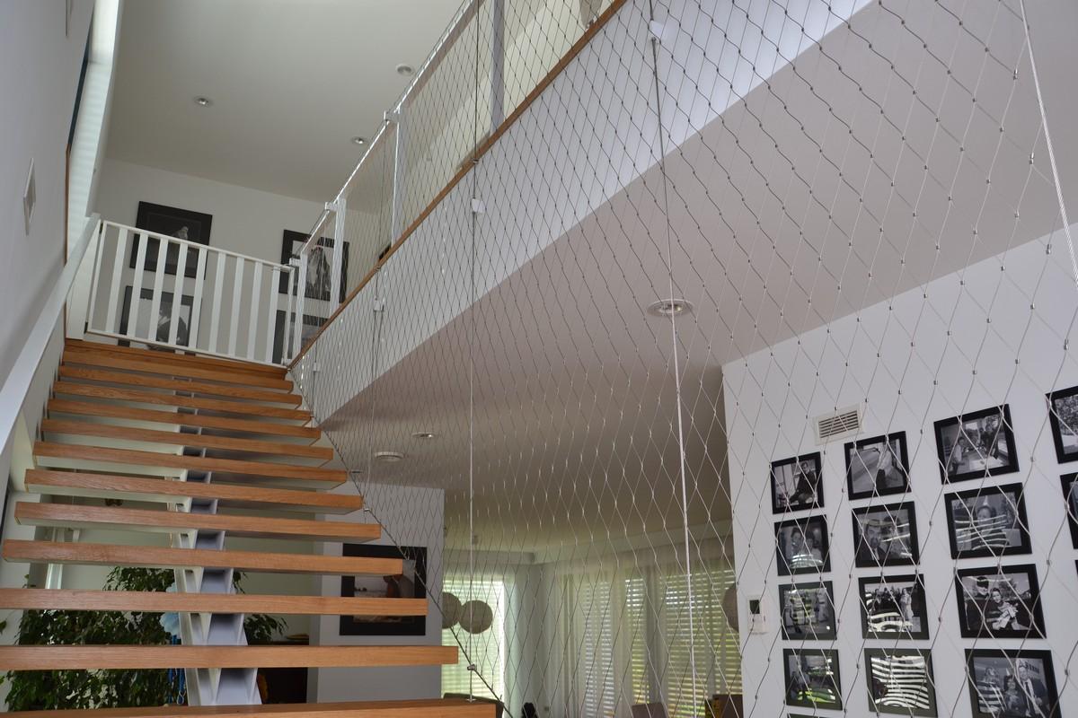 Zabezpieczenie z siatki na schodach